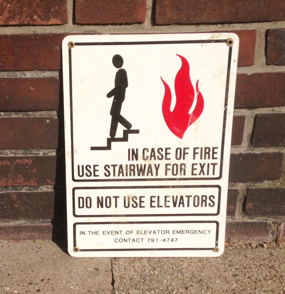 Metalen bord 'In case of Fire Use Stairway' origineel